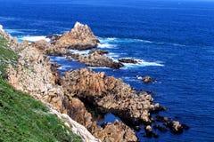 Rotsen in de oceaan Stock Foto's