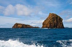 Rotsen in de oceaan Royalty-vrije Stock Foto's