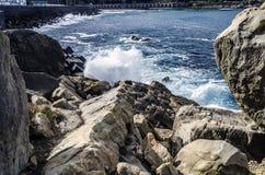 Rotsen in de oceaan Stock Fotografie