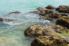 Rotsen in de oceaan Royalty-vrije Stock Fotografie