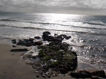 Rotsen in de oceaan Stock Afbeeldingen