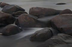 Rotsen in de rivier Stock Afbeelding