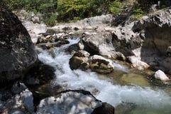 Rotsen in de rivier stock afbeeldingen