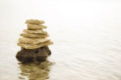 Rotsen die bovenop elkaar in evenwicht brengen Stock Fotografie