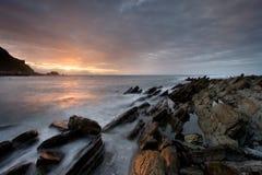 Rotsen die donker in het strand van barrika worden Royalty-vrije Stock Fotografie