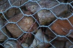 Rotsen die door omheining worden gehouden Royalty-vrije Stock Foto's