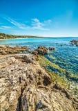 Rotsen door de kust in het strand van Le Bombarde Stock Foto