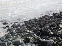 Rotsen door het overzees Stock Foto's