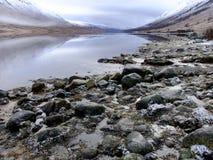 Rotsen door Loch de Oever van Etive Stock Foto