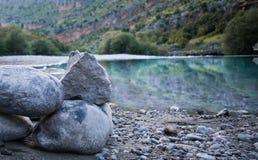 Rotsen door rivier Stock Fotografie