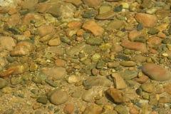 Rotsen in duidelijk water royalty-vrije stock afbeeldingen