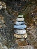 Rotsen in een Beachside-Hol worden gestapeld dat royalty-vrije stock afbeeldingen