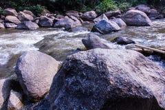 Rotsen en aard op de rivier, Maetaeng Chiangmai Thailand Stock Foto