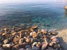Rotsen en blauwe overzees in Cinque Terre stock fotografie