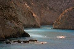 Rotsen en blauwe wateren stock fotografie