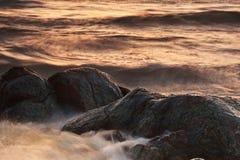 Rotsen en golven Royalty-vrije Stock Foto