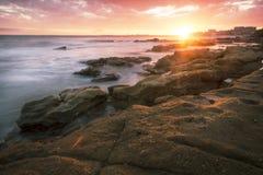 Rotsen en golven bij Koningenstrand, QLD Stock Afbeeldingen