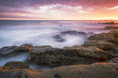 Rotsen en golven bij Koningenstrand, QLD Royalty-vrije Stock Afbeelding