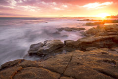 Rotsen en golven bij Koningenstrand, QLD Stock Foto's