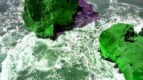 Rotsen en golven van branding in de oceaankust, in Portugese stad Nazare, Portugal stock videobeelden