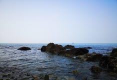Rotsen en het Bohai-Overzees stock afbeeldingen