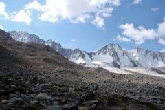 Rotsen en ijs van bergen, Tien Shan Royalty-vrije Stock Foto's