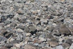 rotsen en keien dichtbij de overzeese kust in Chernomorets Stock Afbeeldingen