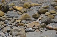 Rotsen en kiezelstenen Stock Foto