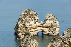 Rotsen en klip in Lagos Portugal stock afbeeldingen