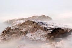 Rotsen en mist Stock Afbeelding