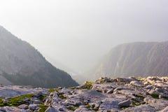 rotsen en mooie bergen bij mistige zonsopgang, royalty-vrije stock fotografie