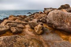 Rotsen en Oceaan stock afbeeldingen