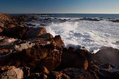 Rotsen en Oceaan stock foto's