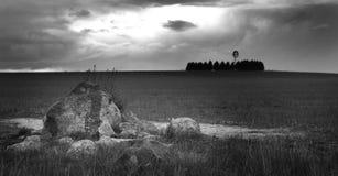 Rotsen en onweerswolken stock afbeeldingen