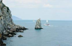 Rotsen en schepen in het overzees dichtbij Yalta. Stock Foto's