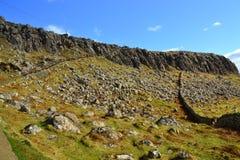 Rotsen en stenen op de manier aan Neist-Puntschiereiland, Eiland van Skye Royalty-vrije Stock Fotografie
