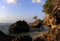 Rotsen en strand Stock Foto's