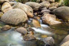 Rotsen en stromend water Royalty-vrije Stock Afbeelding