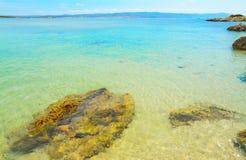 Rotsen en transparant water in Lazzaretto-strand royalty-vrije stock afbeeldingen