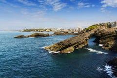 Rotsen en vuurtoren van Biarritz tijdens een zonnige dag, Frankrijk Royalty-vrije Stock Fotografie