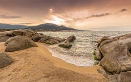 Rotsen en zand bij Algajola-strand in Corsica Stock Afbeeldingen