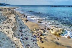 Rotsen en zand door de kust in Castelsardo Royalty-vrije Stock Foto