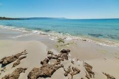Rotsen en zand in het strand van Le Bombarde in Alghero royalty-vrije stock fotografie