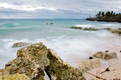 Rotsen en zand langs kust royalty-vrije stock fotografie