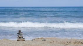 Rotsen en zand op een achtergrond van oceaan Royalty-vrije Stock Foto's