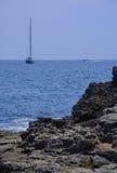 Rotsen en zeilboot Royalty-vrije Stock Foto's
