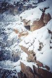 Rotsen groot die graniet met sneeuw wordt behandeld Stock Foto's
