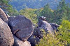 Rotsen, hemel, bergen een bos Royalty-vrije Stock Foto's