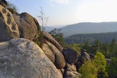 Rotsen, hemel, bergen een bos Royalty-vrije Stock Afbeeldingen