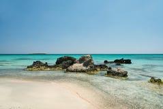 Rotsen in het duidelijke blauwe water, Kreta, Griekenland Stock Afbeeldingen